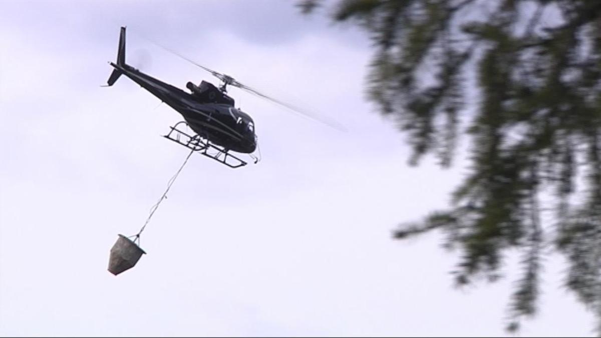 Helikopteri ja kuljetussäiliö.
