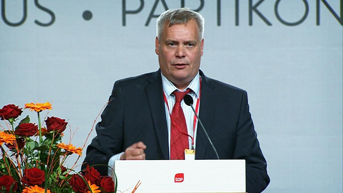 Antti Rinne puhuu.