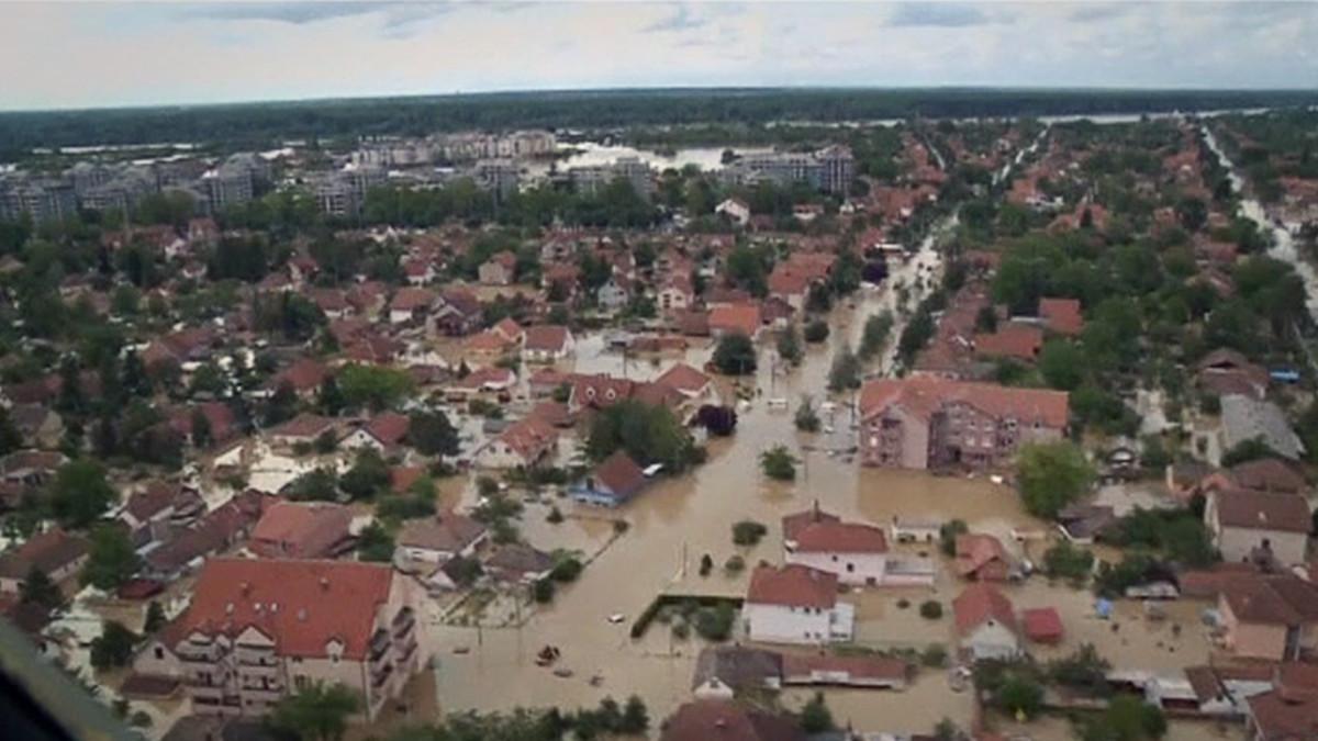 Ilmakuvaa tulvan valtaamasta kaupungista Serbiassa.