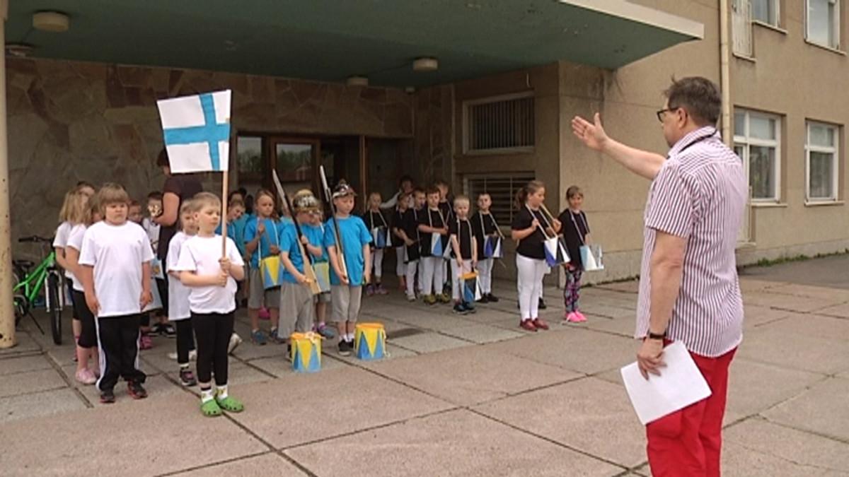 Lapsia rivissä koulun pihalla.