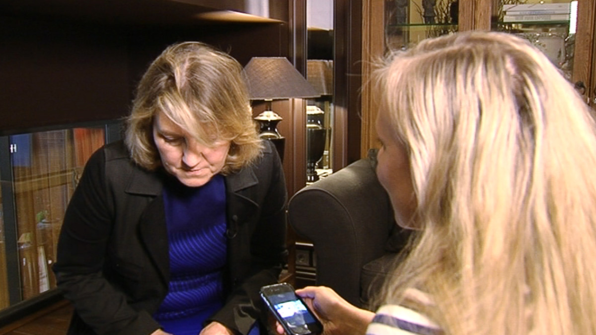 Tv-sarja Simpsoneiden pääroolittaja Bonita Pietilä kuuntelee suomalaisjulkkisten ääniä.
