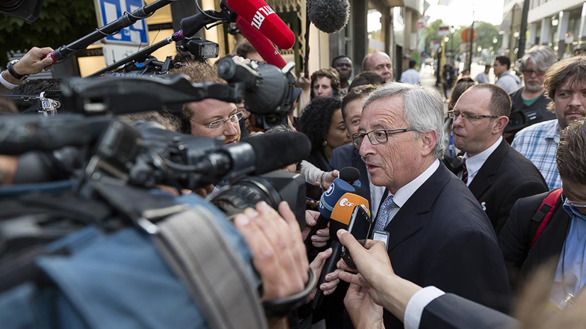 Keskustaoikeiston kärkiehdokas Jean-Claude Juncker puhuu toimittajille saapuessaan EPP-ryhmän vaalivalvojaisiin.