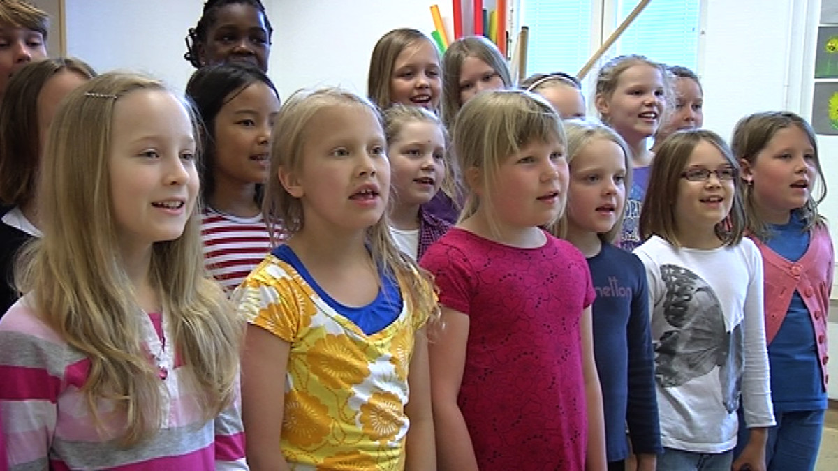 Lapset laulamassa suvivirttä.