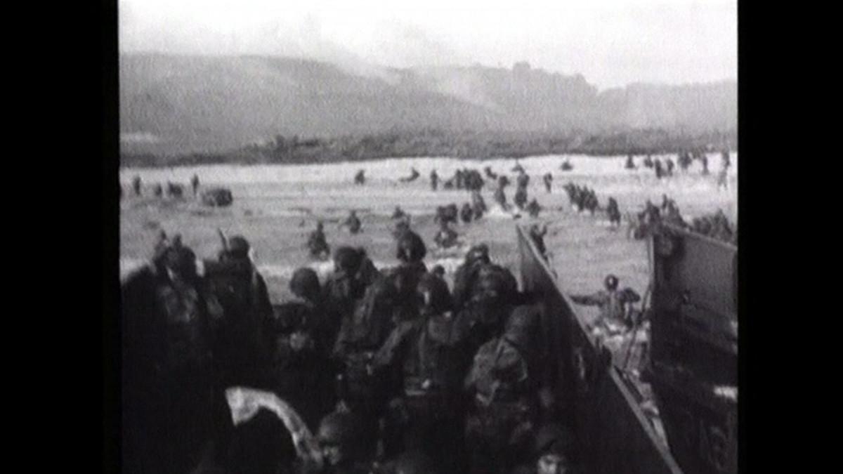 Liittoutuneiden joukkoja nousemassa maihin Normandiassa.