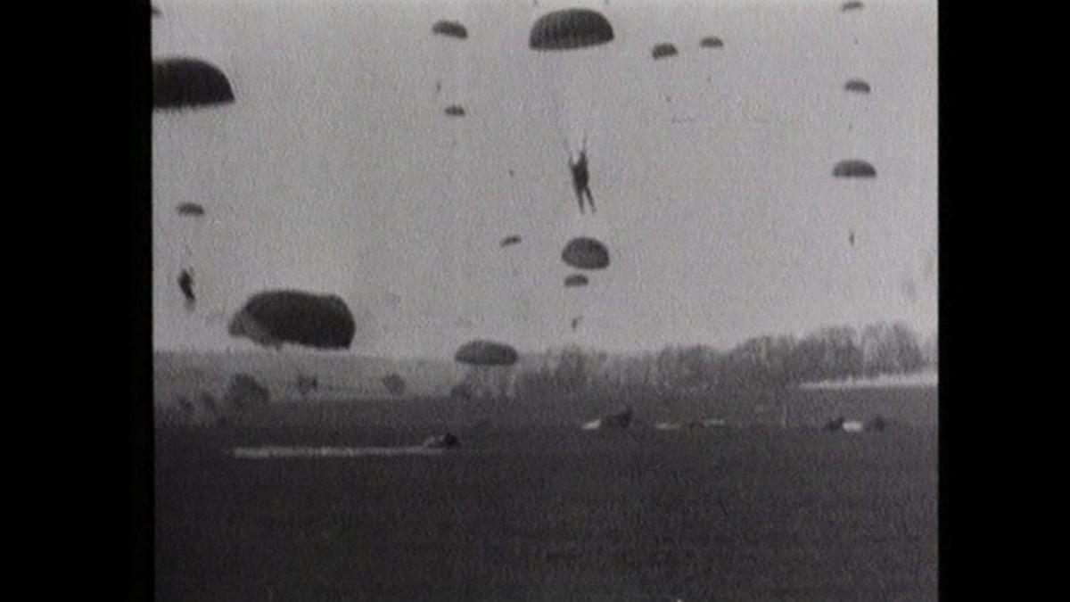 Laskuvarjojoukkoja laskeutumassa Normandiaan.