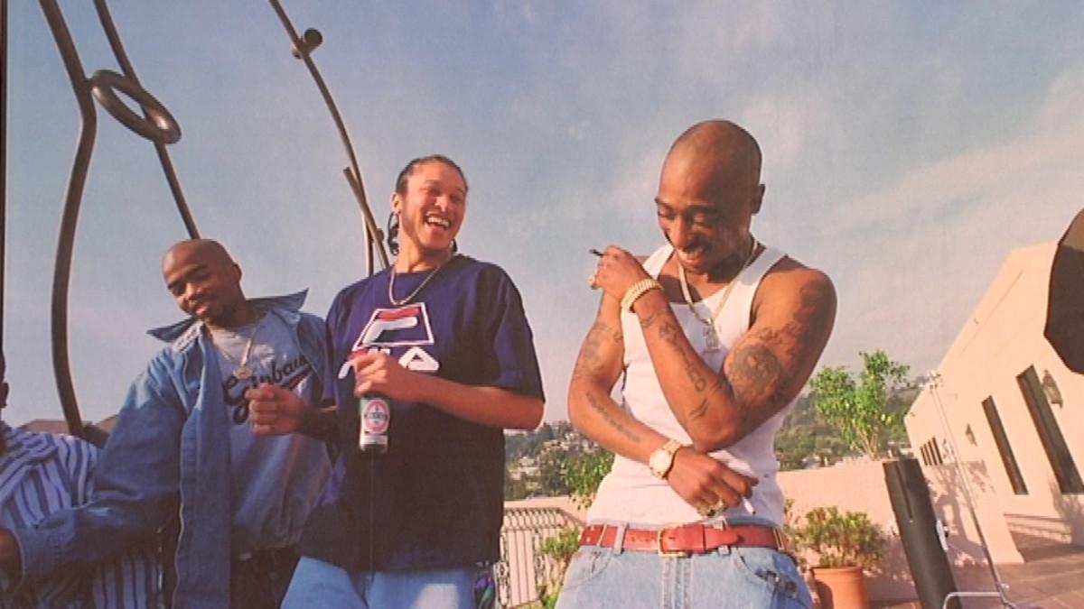 Valokuva hiphop-tähti Tupac Shakurista ystävineen.