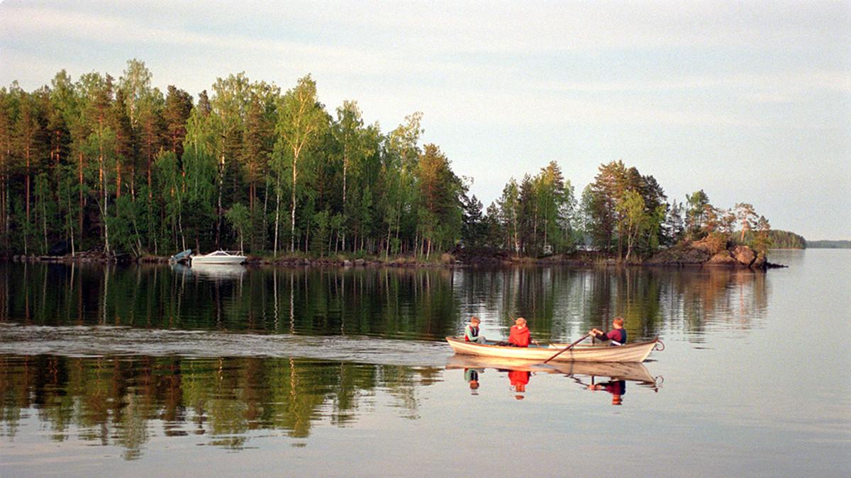 Pojat soutavat järvellä.