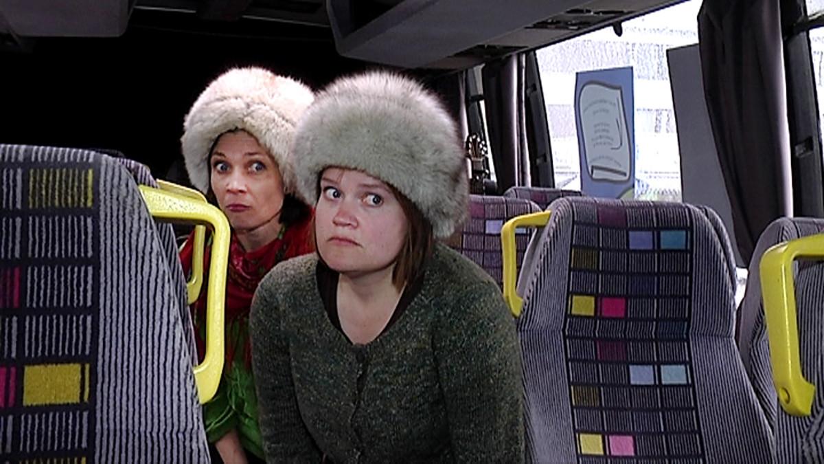 Kaksi naista karvalakeissaan esiintyy Taidebussissa