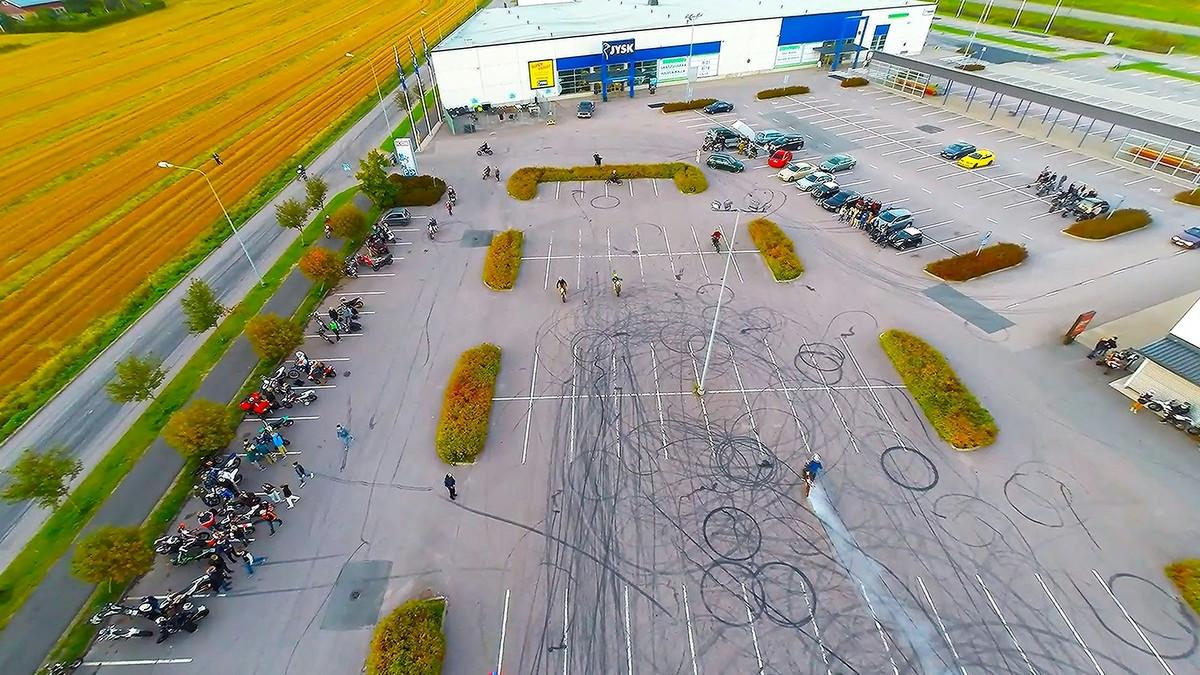 Mopot ajelevat ristiin rastiin parkkipaikailla