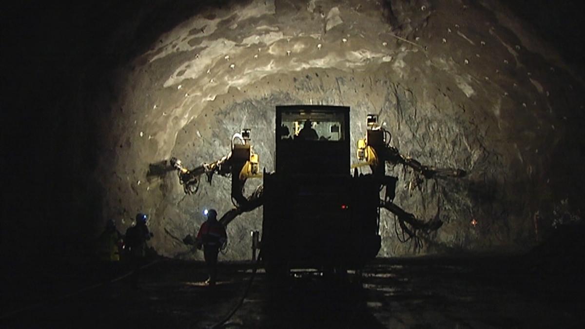 Porajumbo poraamassa tunnelin perällä.