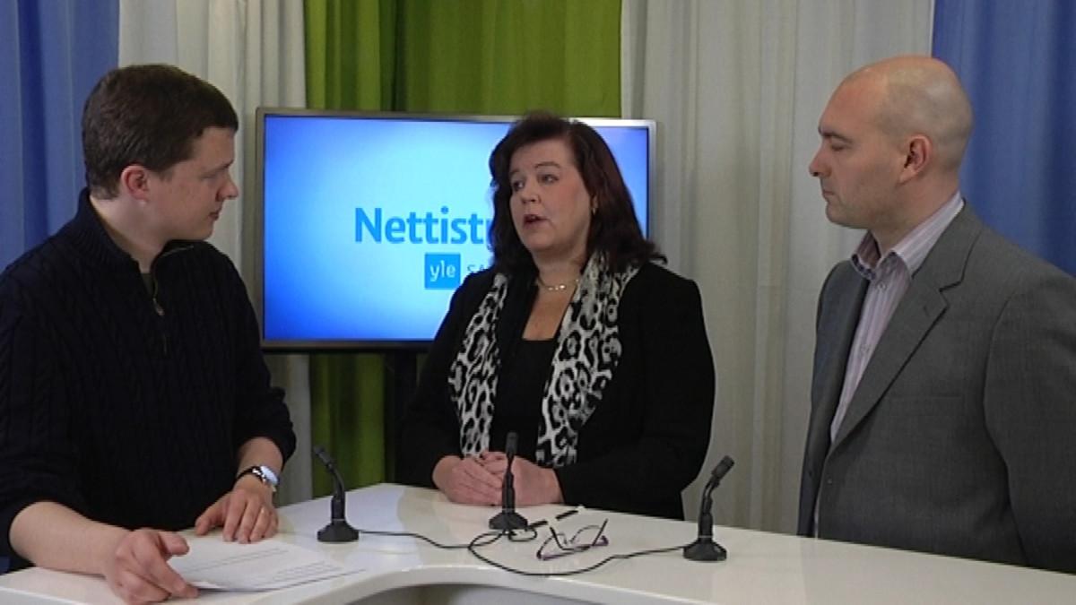 Toimittaja Antti Laakso, Anne Holmlund (kok.) ja Ari Jalonen (ps.)