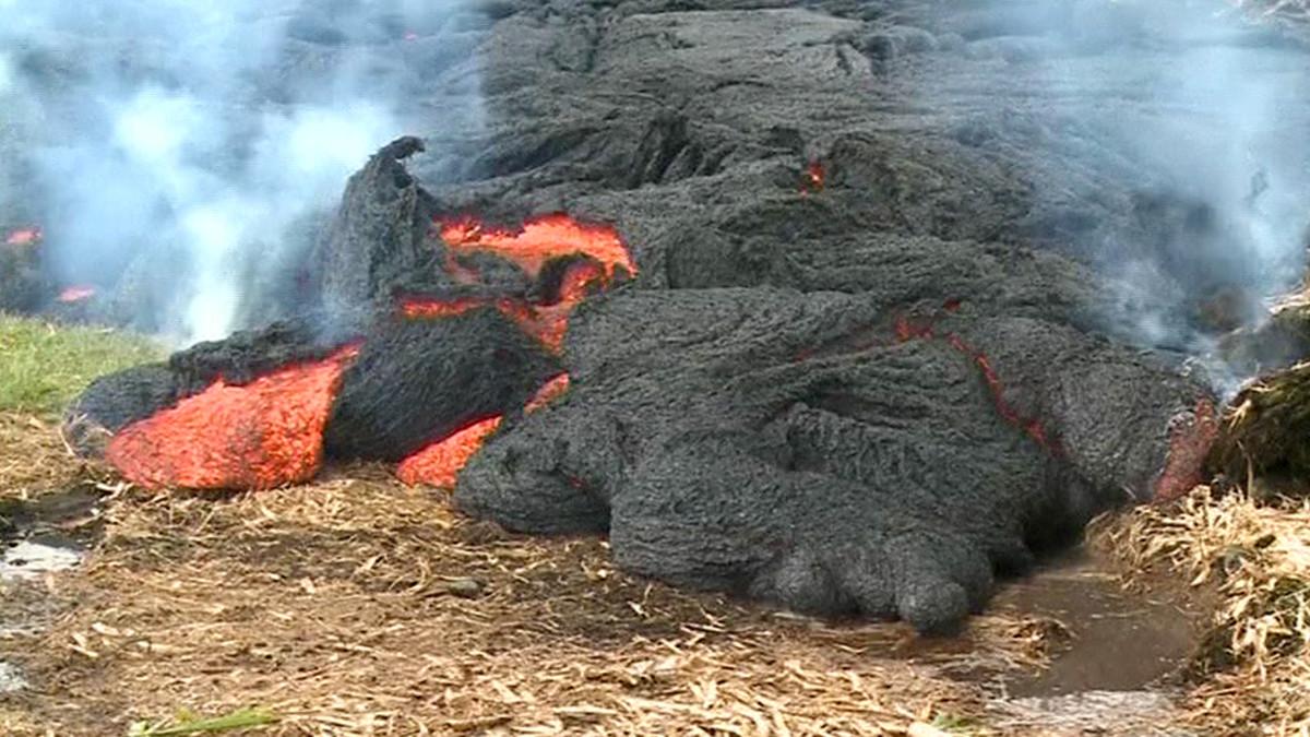 Kilauea-tulivuoresta virtaava laavavirta Pahoan kylän lähistöllä Havaijin pääsaarella.