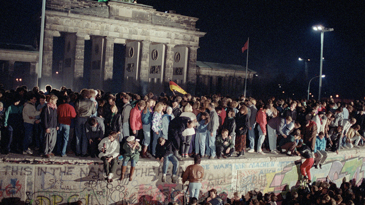 Länsi- ja itäberliiniläiset ovat nousseet juhlimaan rajojen avautumista Berliinin muurille 10. marraskuuta 1989.