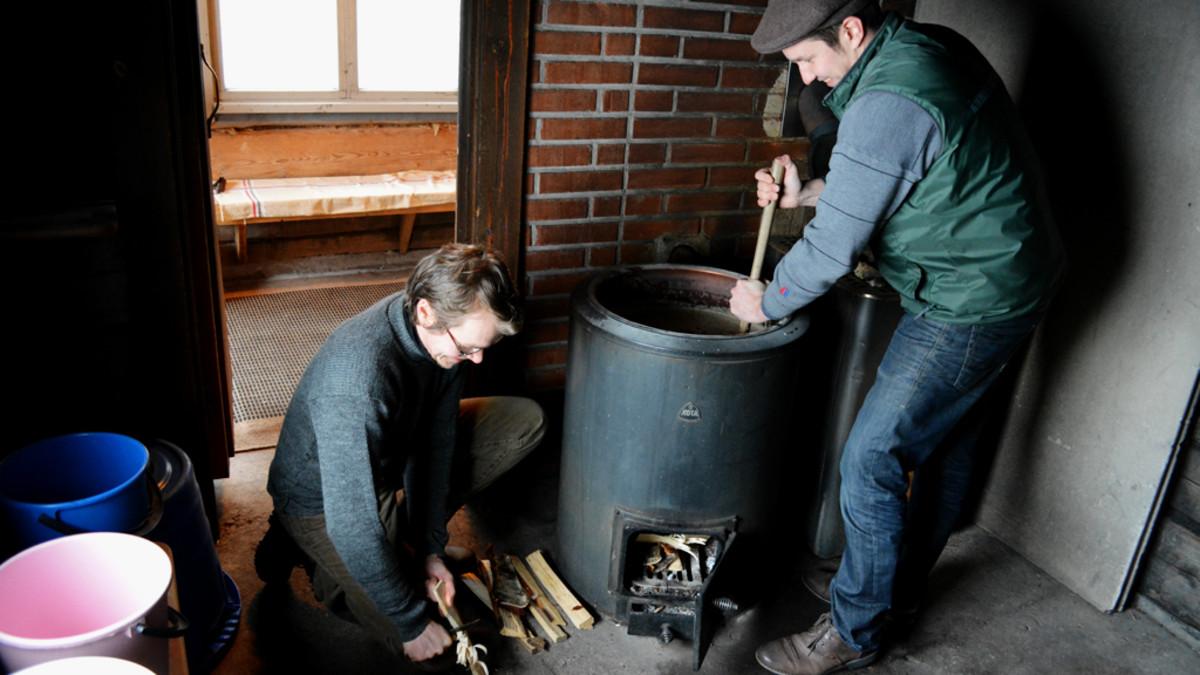 Sahdinvalmistamisen Sm-kilpailujen semifinalistit laittavat aluksi padan lämpenemään.