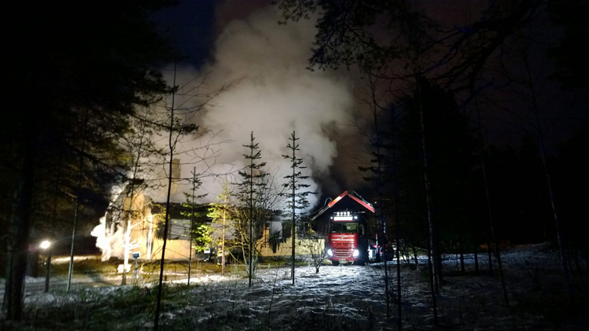 Asemarakennus palaa Rovaniemen Muurolassa.