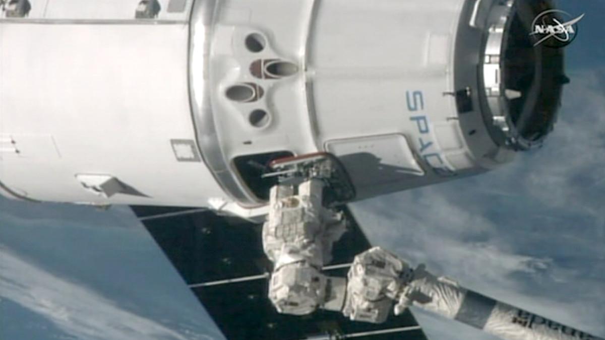 Huoltoalus SpaceX Dragon kiinnittyneenä kansainvälisen avaruusaseman robottikäteen.