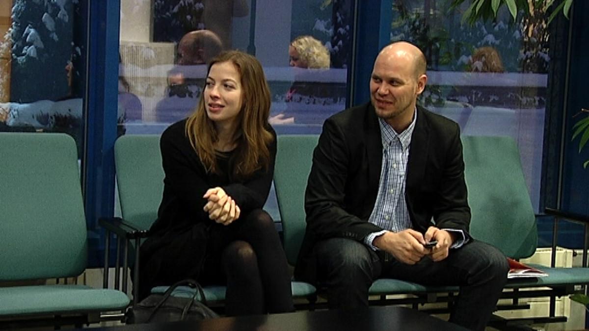 Li Andersson ja Dan Koivulaakso istuvat käräjäoikeuden aulassa.