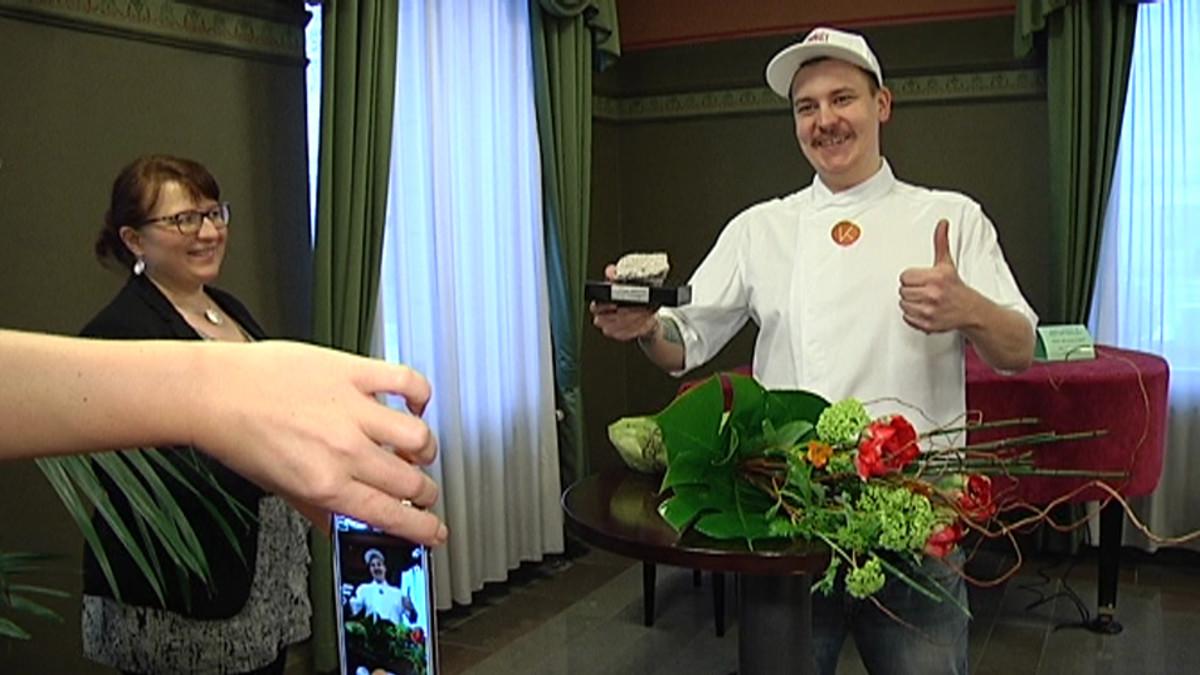 Ravintoloitsija Erik Mansikka juhlii valintaansa vuoden turkulaiseksi vuonna 2014.