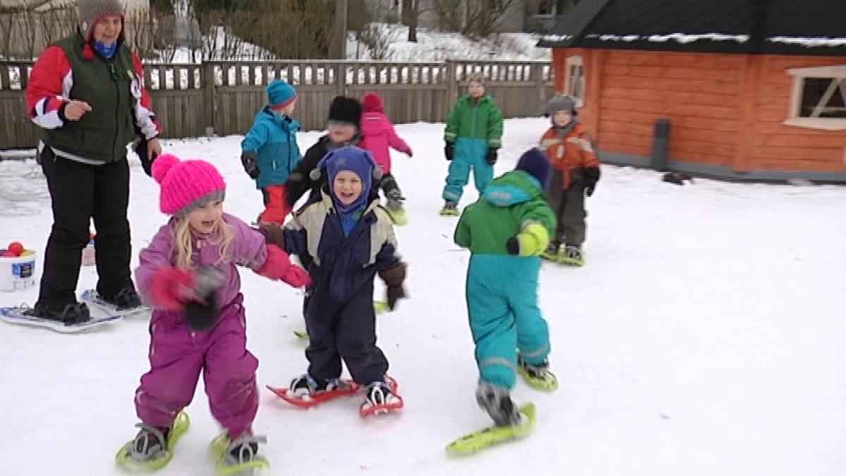 Lapset hippailivat lumikengät jaloissa.