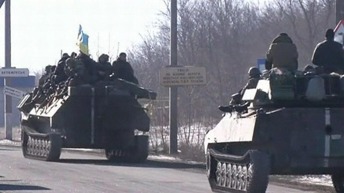 Ukrainan hallituksen joukkojen panssariajoneuvoja vetäytymässä Debaltsevesta.