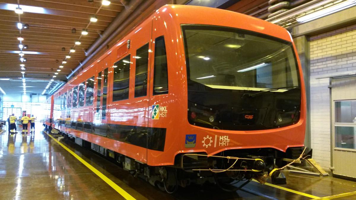Uutta metrojunaa esiteltiin HKL:n varikolla