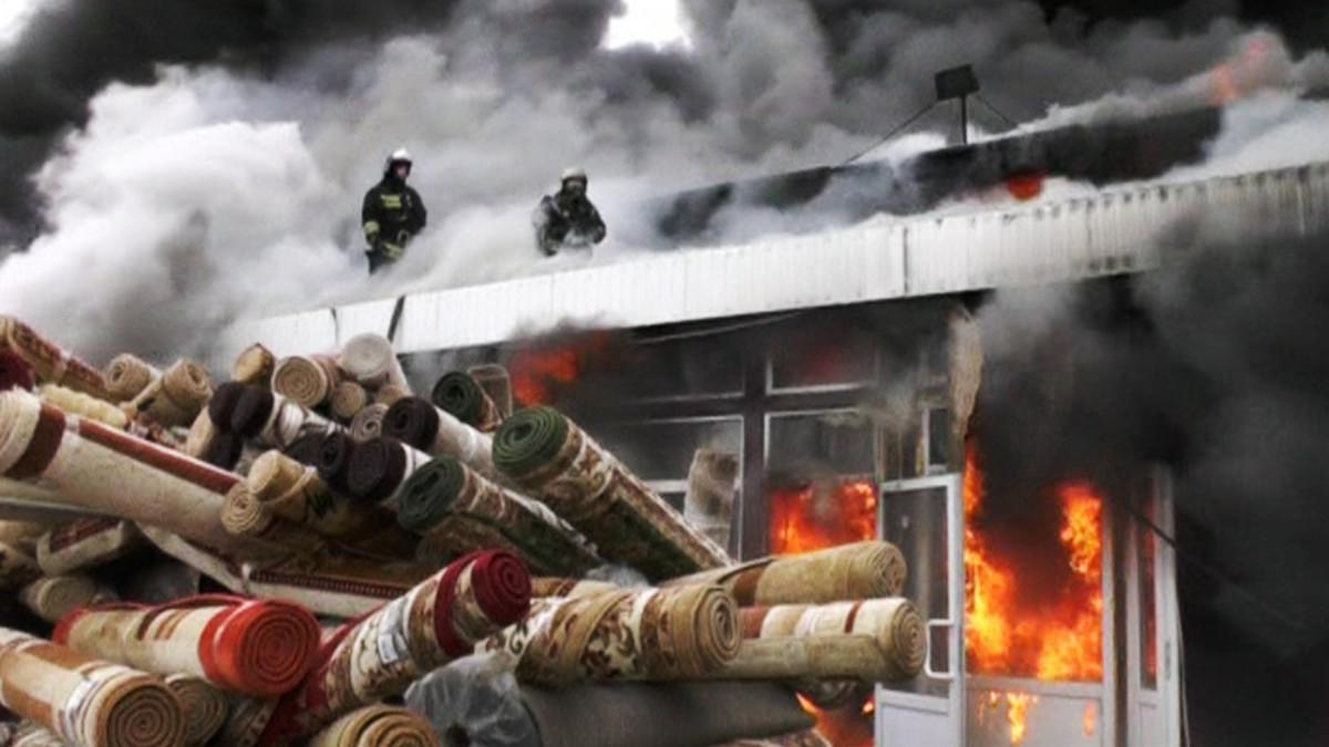 Ostoskeskus tulessa.