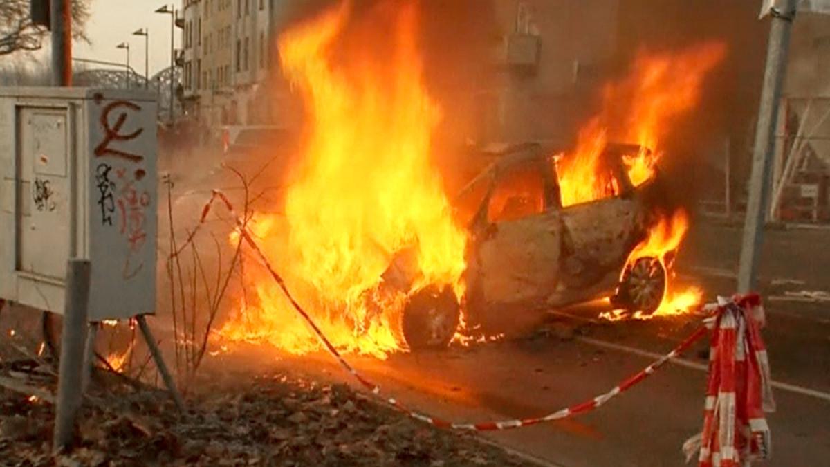Mielenosoittajien sytyttämä auto palaa lähellä EKP:n uutta pääkonttoria.