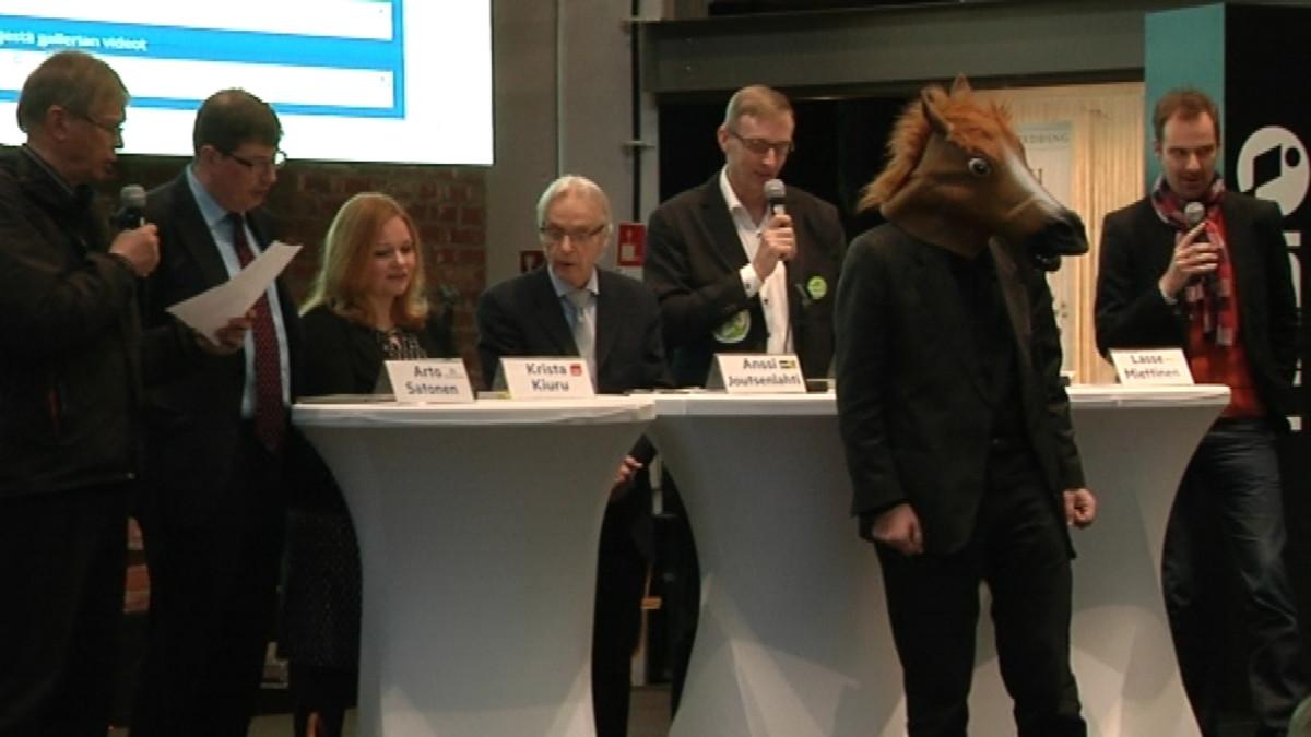 Poliitikot laulamassa Ylen ja Satakunnan Kansan eduskuntavaalikiertueen avajaistilaisuuden päätteeksi Porin Puuvillassa 1.4.2015. Mukana myös vaalihevonen.