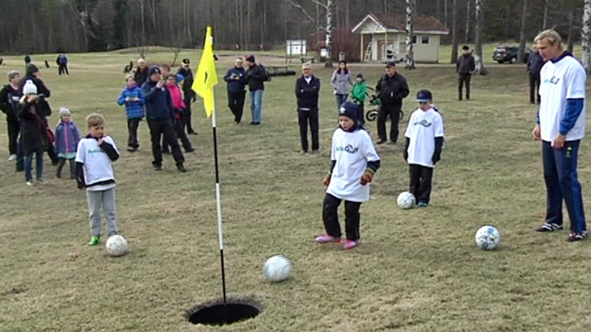 Ihmiset pelaavat futisgolfia.
