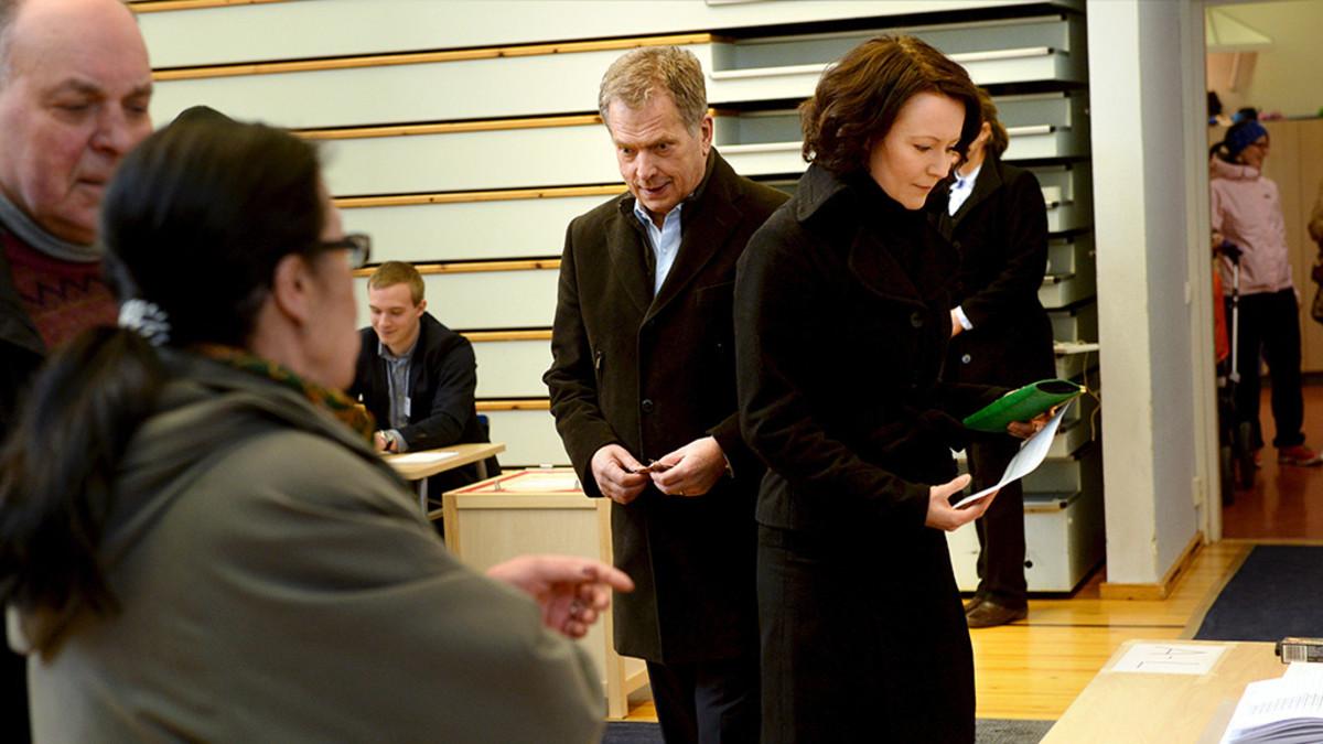 Sauli Niinistö ja Jenni Haukio äänestävät