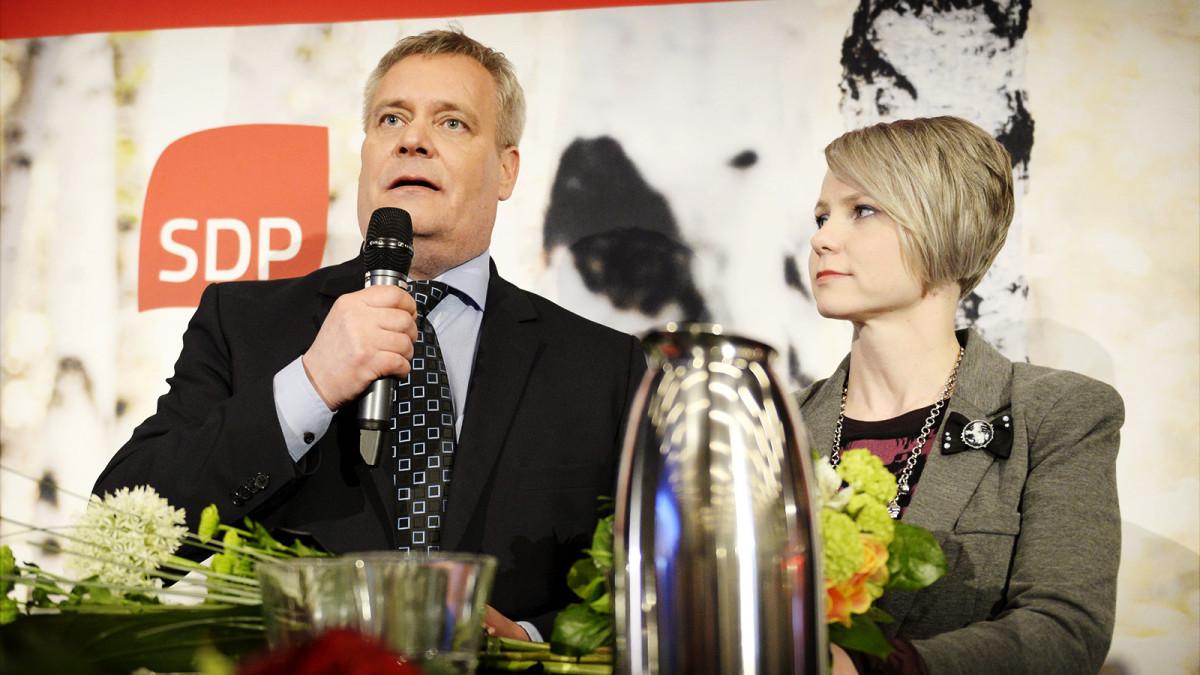 SDP:n puheenjohtaja Antti Rinne ja puoliso Heta Savolainen-Rinne puolueen eduskuntavaalien vaalivalvojaisissa Helsingissä.