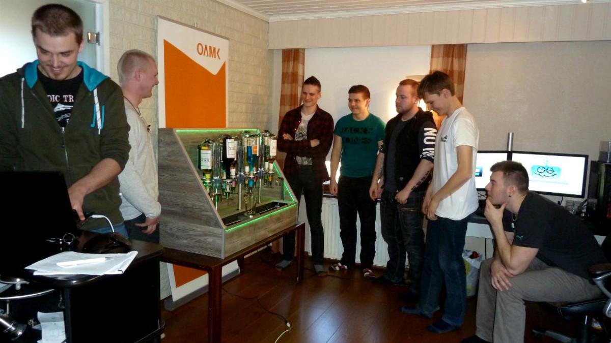 Oulun ammattikorkeakoulun opiskelijat esittelevät rakentamaansa Juomaatti-drinkkirobottia.
