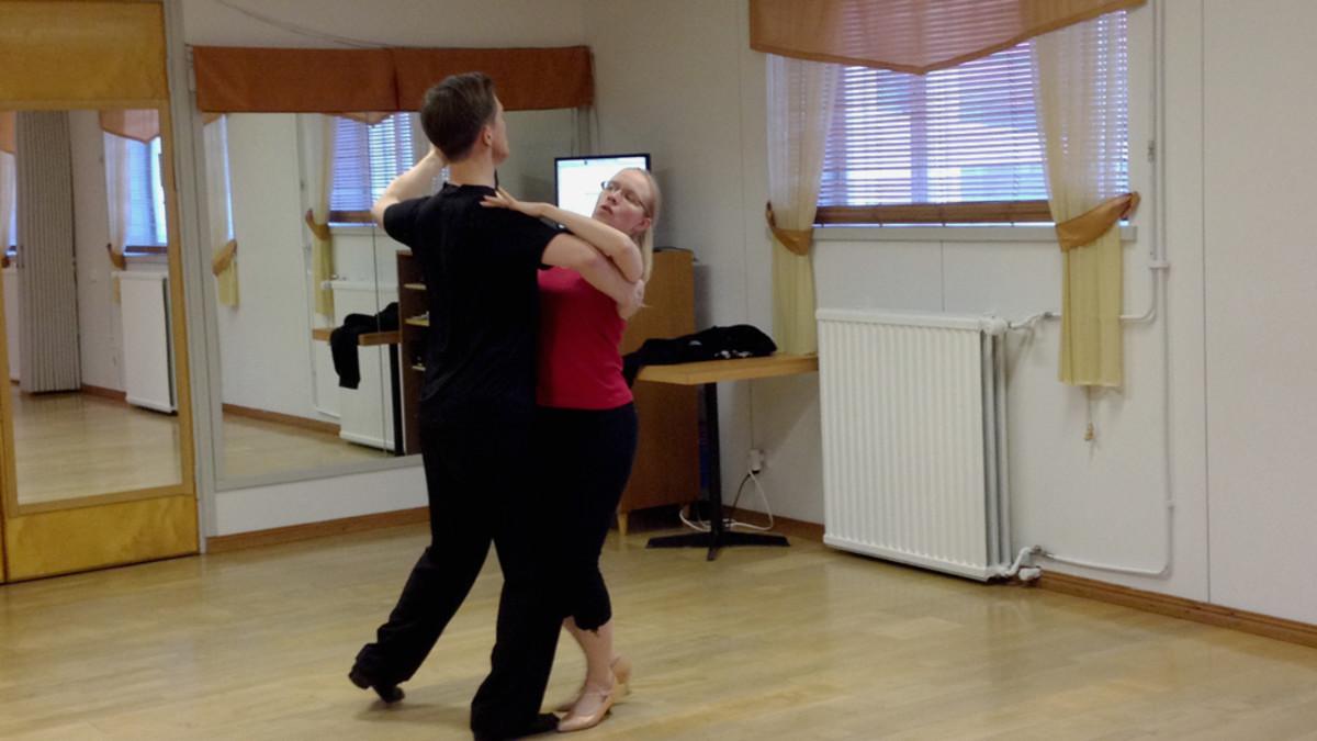Anna Seppänen ja Jukka Liuha tanssivat paritanssia.