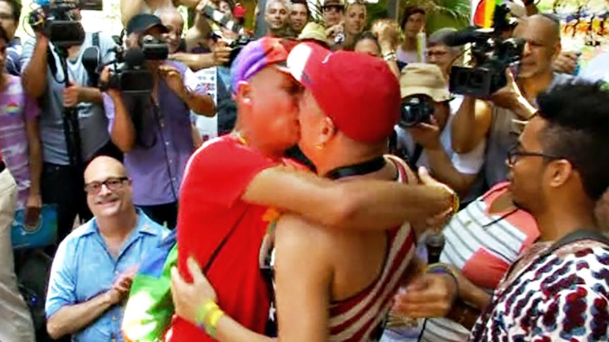 Pariskunta suutelemassa