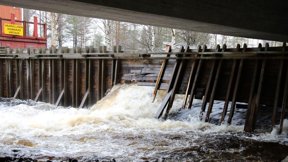 Taivalkosken voimalaitoksen tulvakanava murtui maanantaiaamuna tulvaveden voimasta