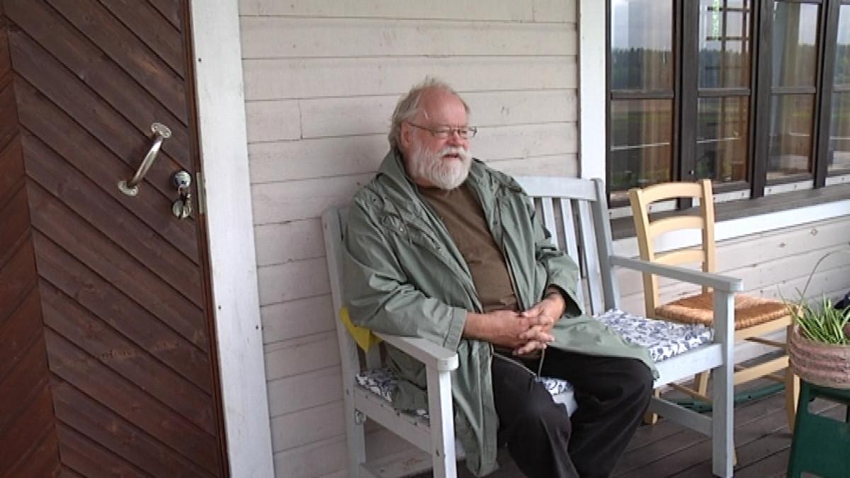 Säveltäjä Kaj Chydenius istuu kuistilla.