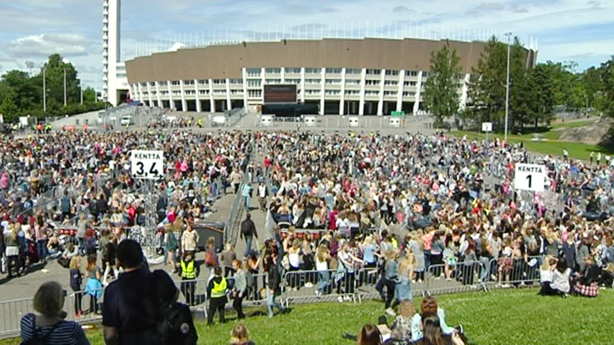 One Direction -yhtyeen faneja Helsingin olympiastadionin parkkipaikalla.