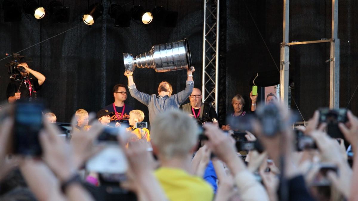 Kimmo Timonen nostaa Stanley Cup -pokaalin käsilleen.