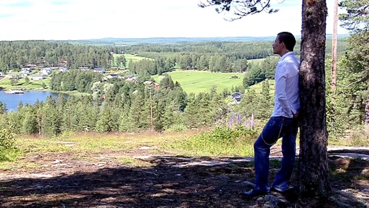 Max Perttula katselee maisemaa Viitasaaren Savivuorella.