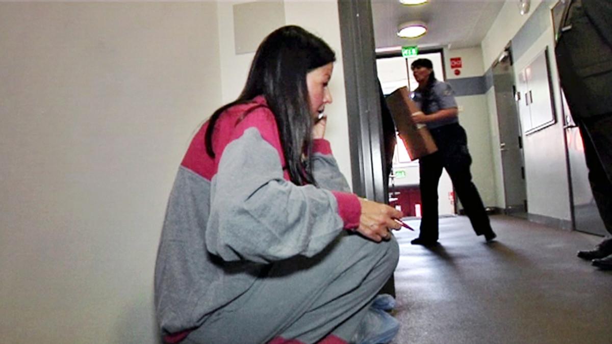Päivi Happonen istuu vankilan käytävällä.