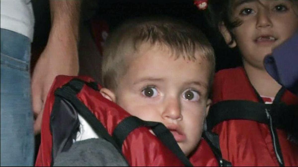 Pakolaispoika pelastusliivissä