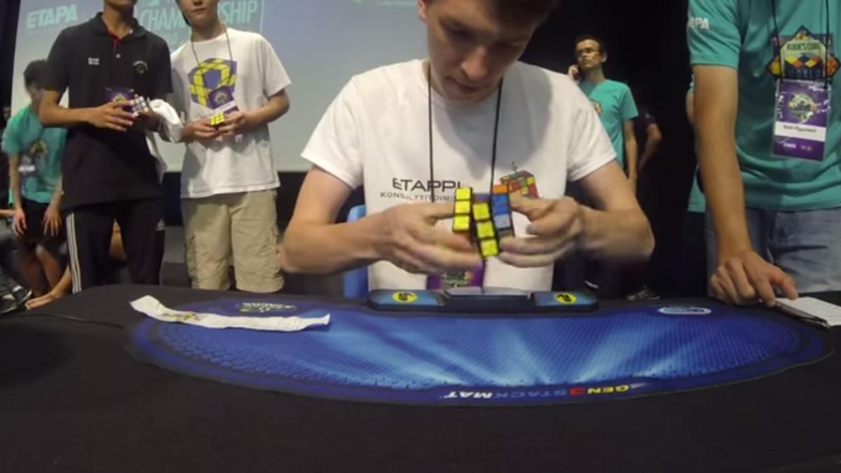 Niko Ronkanine ratkaisee Rubiikin kuutiota.