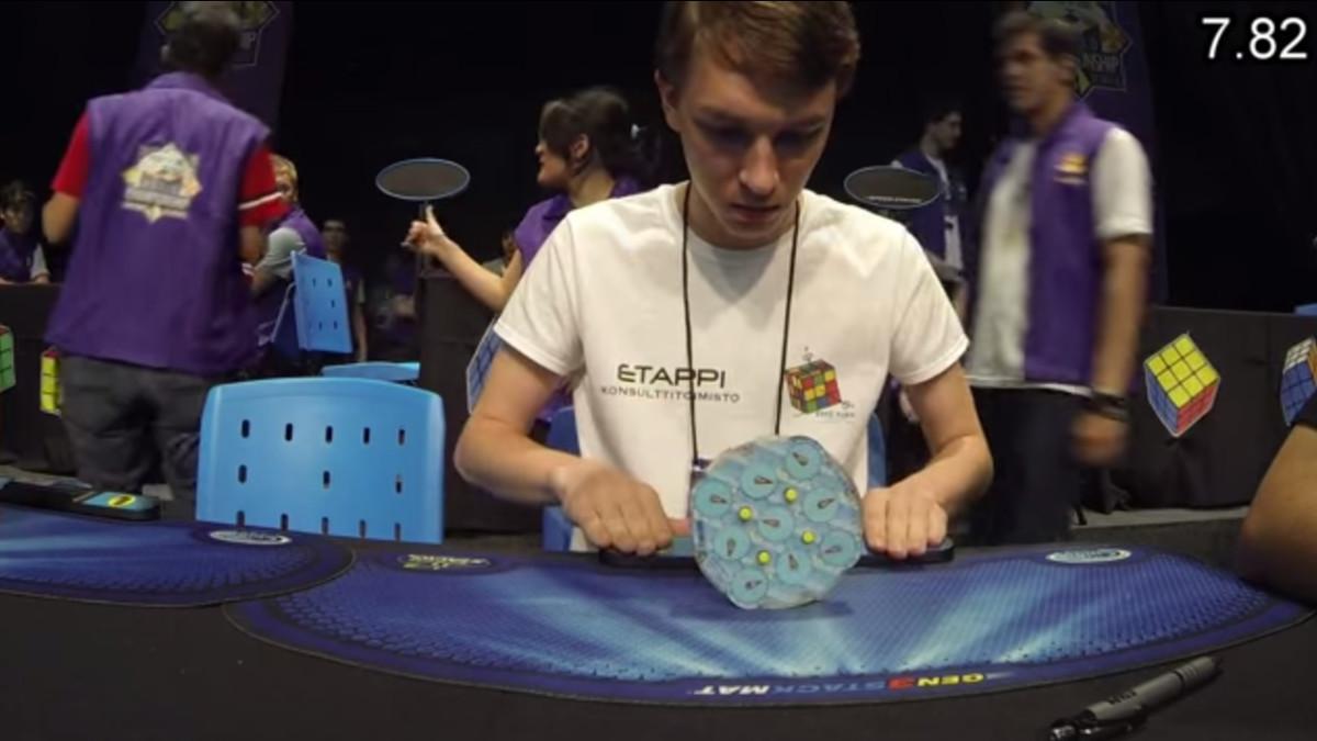Niko Ronkainen ratkaisee Rubiks Clockin keskiarvotuloksella 7,69 sekuntia