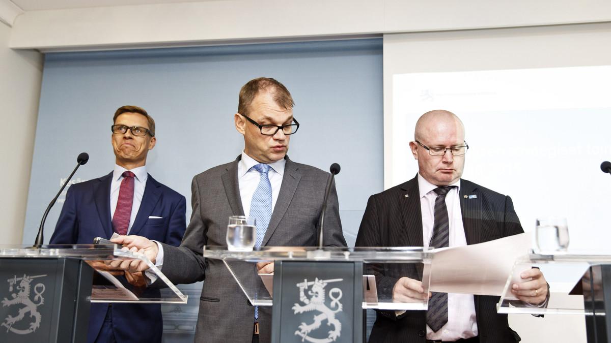 Valtiovarainministeri Alexander Stubb (vas.), pääministeri Juha Sipilä ja oikeus- ja työministeri Jari Lindström hallituksen tiedotustilaisuudessa Helsingissä 31. elokuuta.