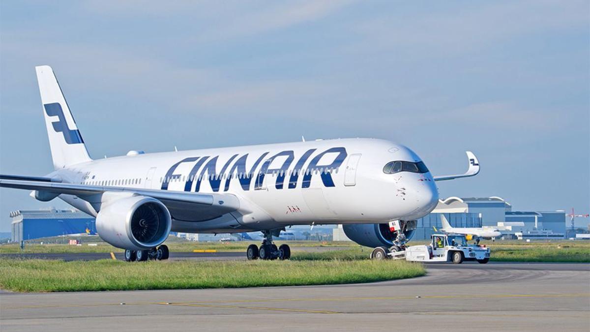 Finnairin sinivalkoinen lentokone lentokentällä.