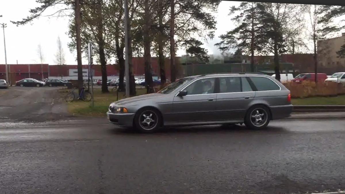 Auto poistuu SSAB:n Raahen tehtaan alueelta ulosmarssissa