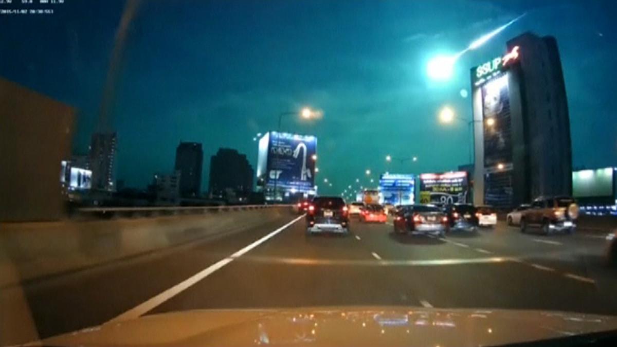 Meteoriitti palaa ilmakehässä Bangkokin taivaaalla.