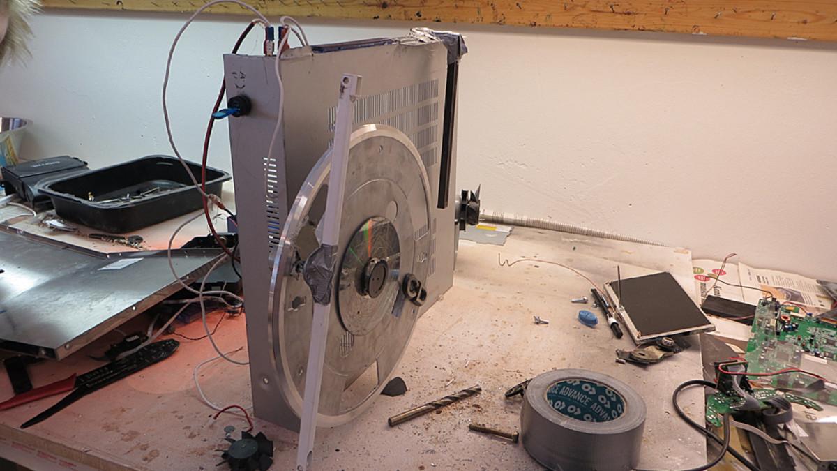 Nuorten rakentama robotti.