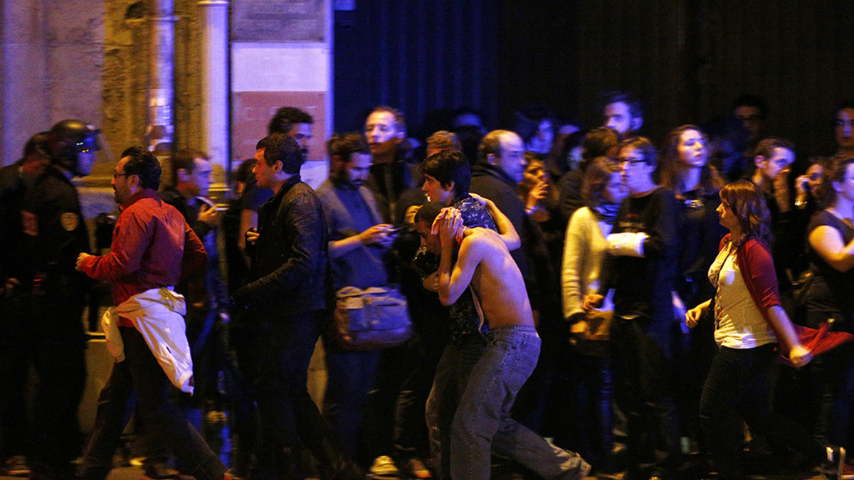 Haavoittuneita ihmisiä evakuoidaan panttivankitilanteesta Bataclan-konserttisalin ympäristössä.