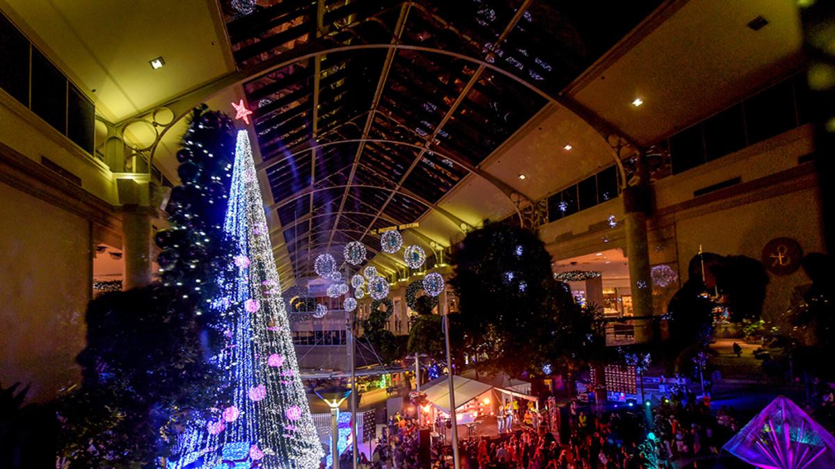 valtava valoista rakentunut kuusi ostoskeskuksessa